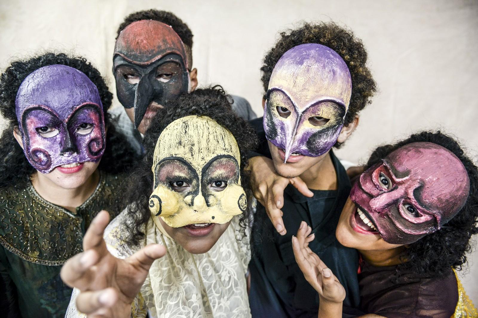 Jovens do projeto Passageiro do Futuro encenam clássico teatral