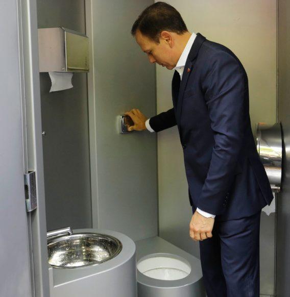 SP terá 600 banheiros públicos instalados por empresas privadas, diz João Doria