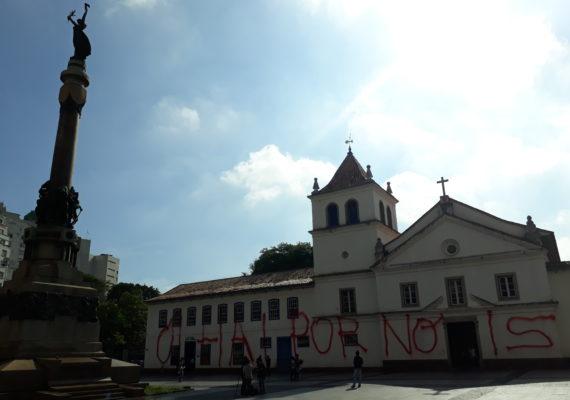 Vândalos picham fachada do Pateo do Collegio no centro de São Paulo