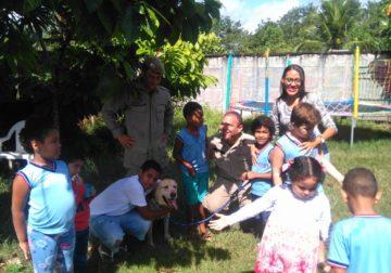 Crianças autistas recebem cinoterapia pelo canil da Polícia Militar da Bahia