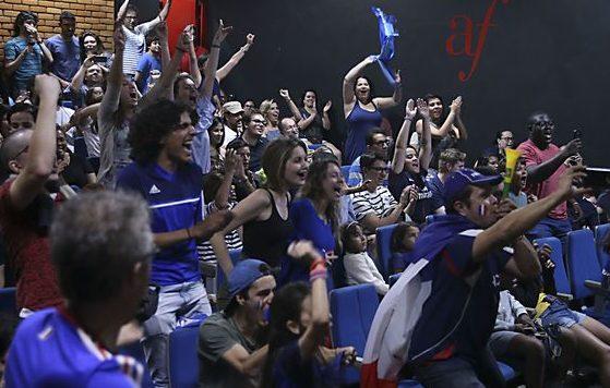 Torcedores franceses assistiram a final da Copa do Mundo 2018 em um telão na Aliança Francesa, em Brasília (