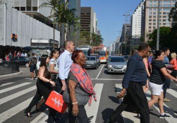 Semáforos dão mais tempo a pedestres em 12 cruzamentos