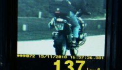 PRF persegue motoqueiro que escondeu a placa com o pé
