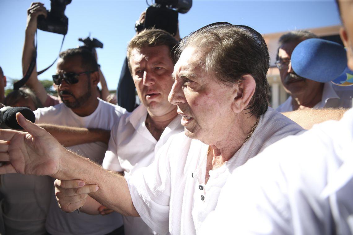 O médium João de Deus chega à Casa Dom Inpacio Loyola, em Abadiânia. É a primeira aparição desde que as denúncias se tornaram públicas (Marcelo Camargo/Agência Brasil)