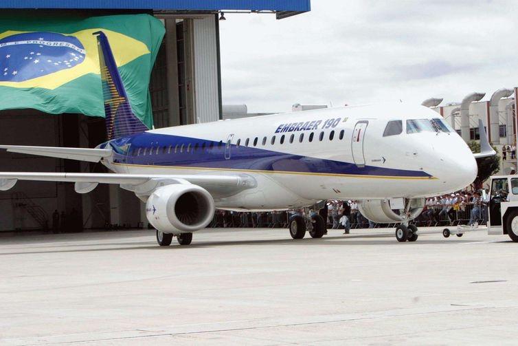Avião Embraer 190, um dos modelos produzidos pela empresa brasileira (Arquivo/Antonio Milena/Agência Brasil)