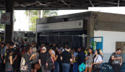 Metrô tem manhã de problemas e fecha estações