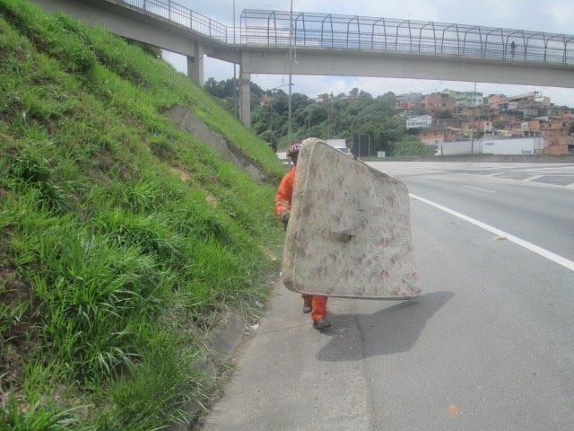 Funcionário retira colchão da rodovia (CCR Via Oeste/Reprodução)