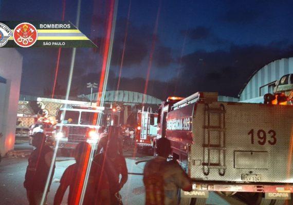 Fogo destrói barracão de escola de samba