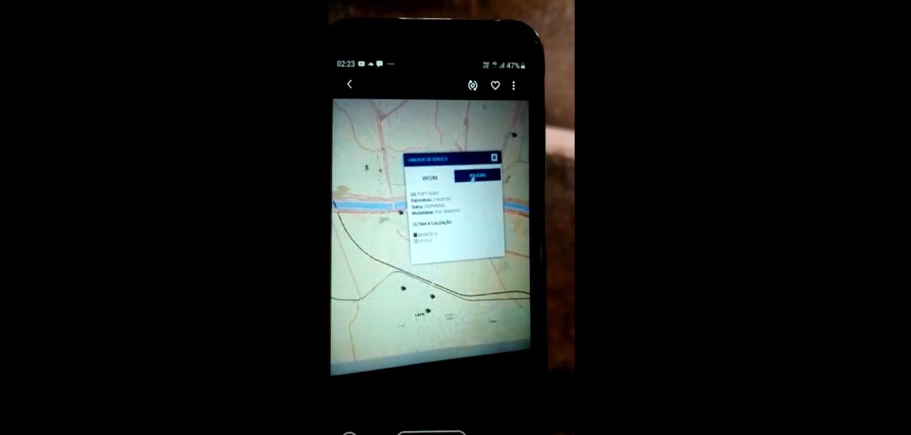 Print de um dos vídeos feitos pelos PMs mostra dados confidenciais da PM no celular de um suspeito (Reprodução)