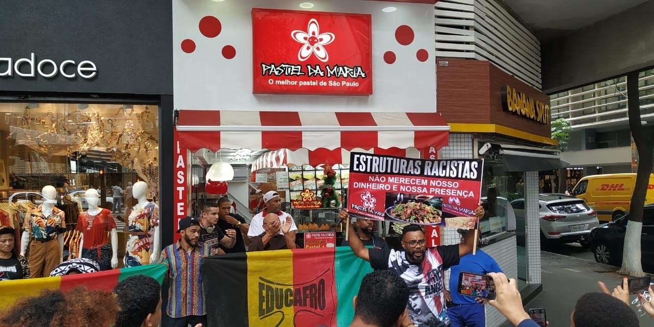 Grupo de movimentos negros buscava conscientizar pessoas que passavam no restaurante sobre a importância de não consumir em locais que são racistas (Paloma Vasconcelos/Ponte Jornalismo)