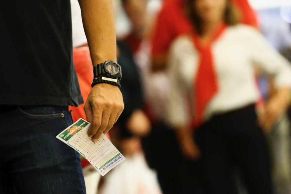 Apostadores fazem fila em casa lotérica (Marcelo Camargo/Agência Brasil)