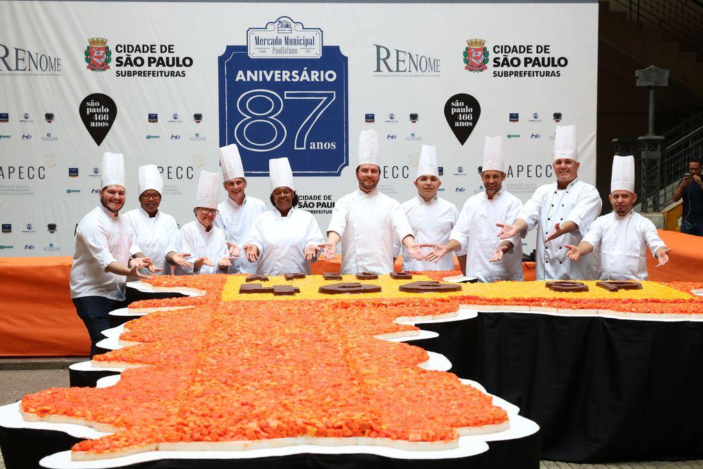 Bolo em comemoração aos 466 anos da fundação da cidade de São Paulo e 87 anos da inauguração do Mercado Municipal (Ravena Rosa/Agência Brasil)