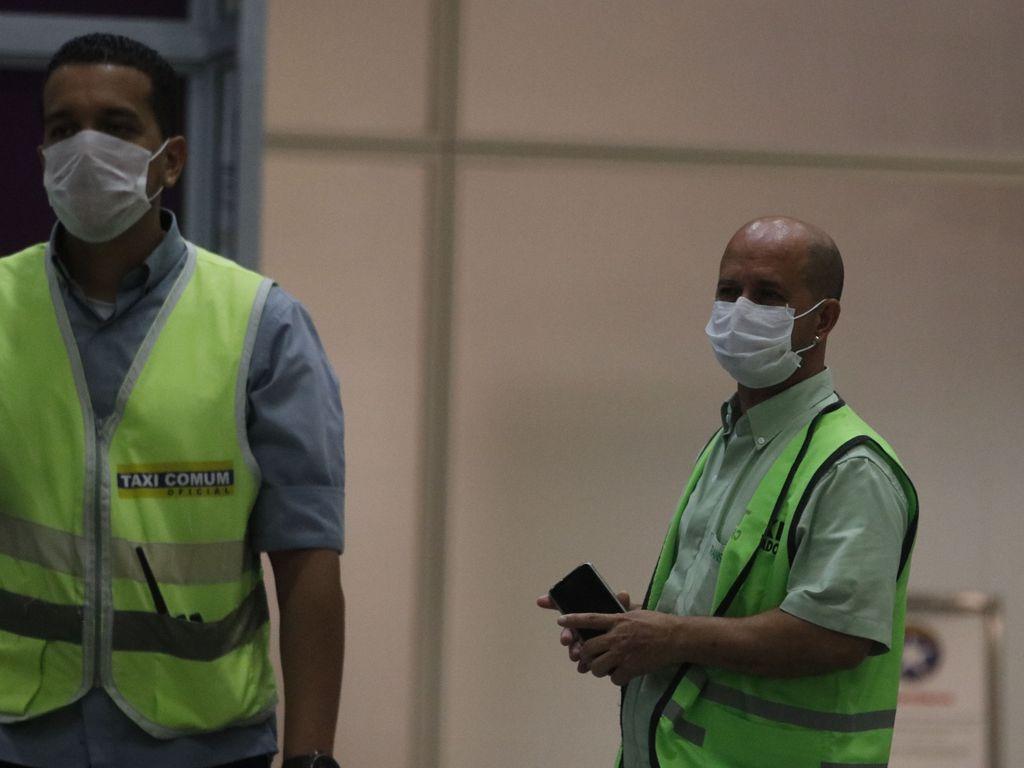 Passageiros e funcionários circulam com máscaras no Aeroporto Internacional Tom Jobim, no Rio de Janeiro (Fernando Frazão/Agência Brasil)