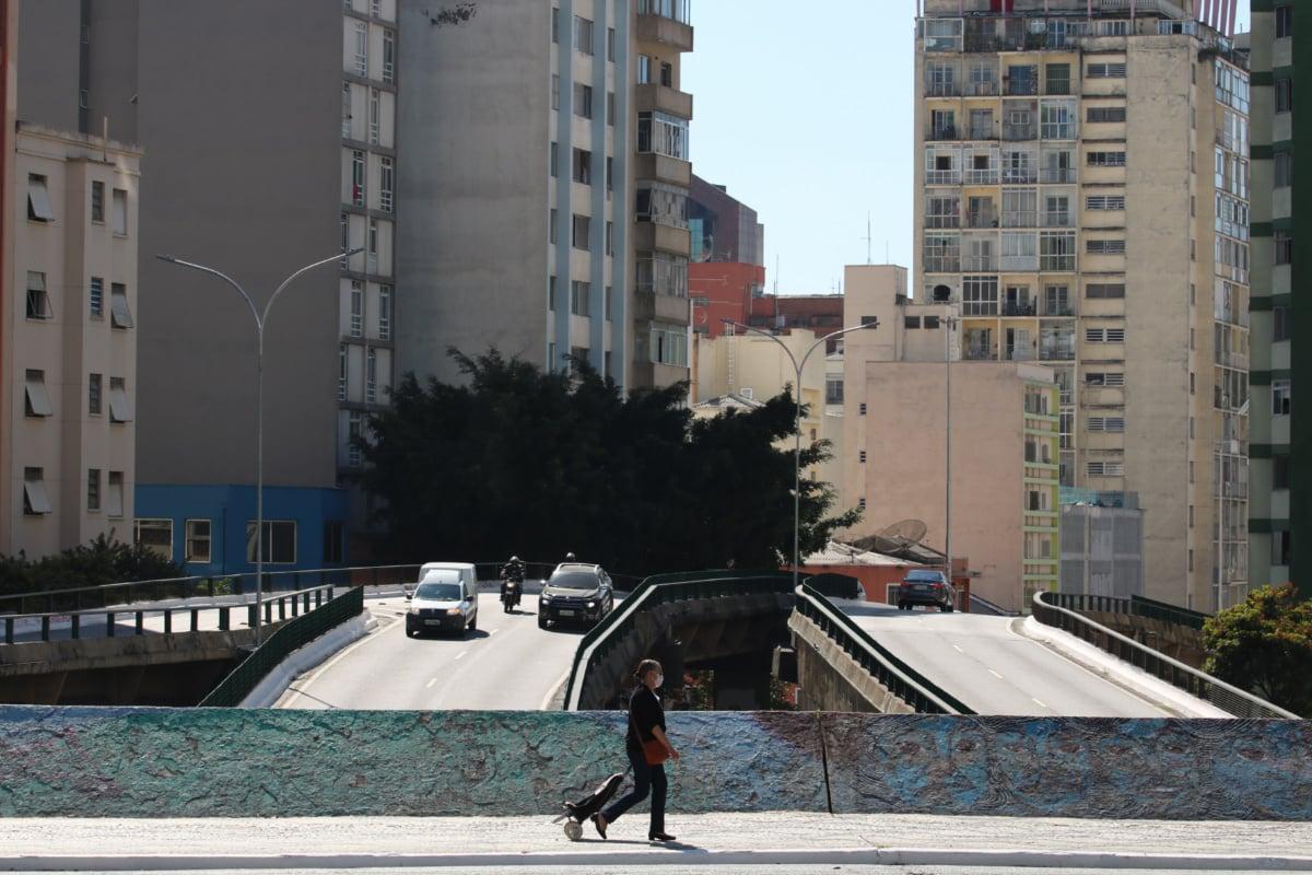 Pedestre usa máscara de proteção contra covid-19  na rua da Consolação (Rovena Rosa/Agência Brasil)