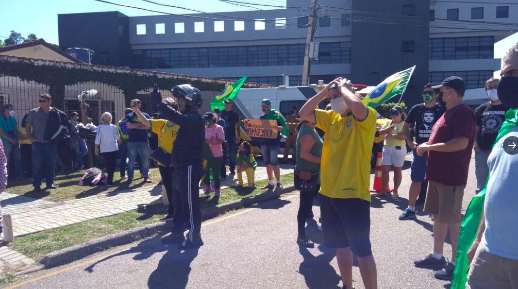 Manifestantes ao lado da sede da Polícia Federal em Curitiba (Reprodução)