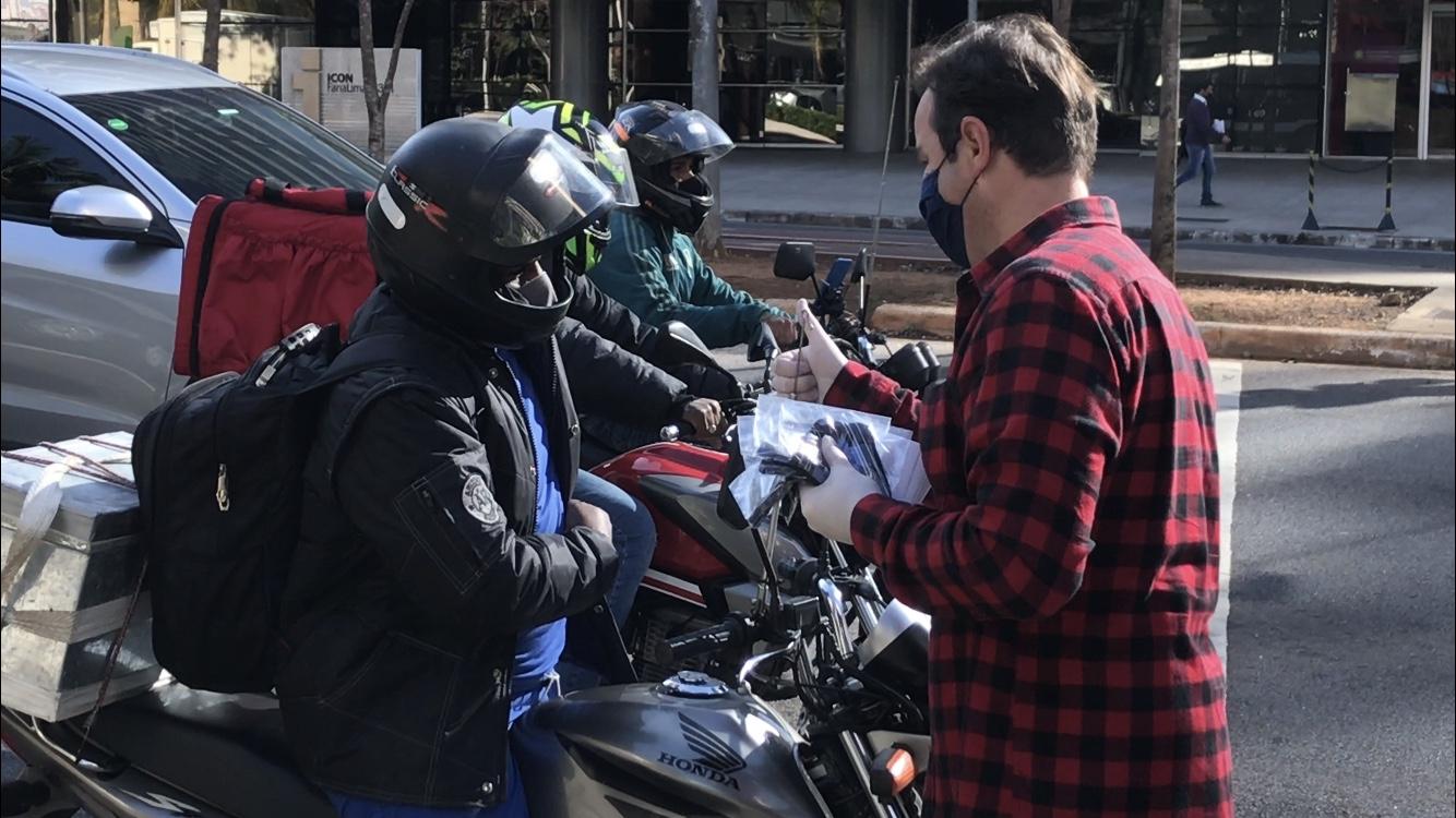Campanha pretende convencer quem compra pela internet a doar uma máscara ao entregador quando receber a encomenda (Divulgação)