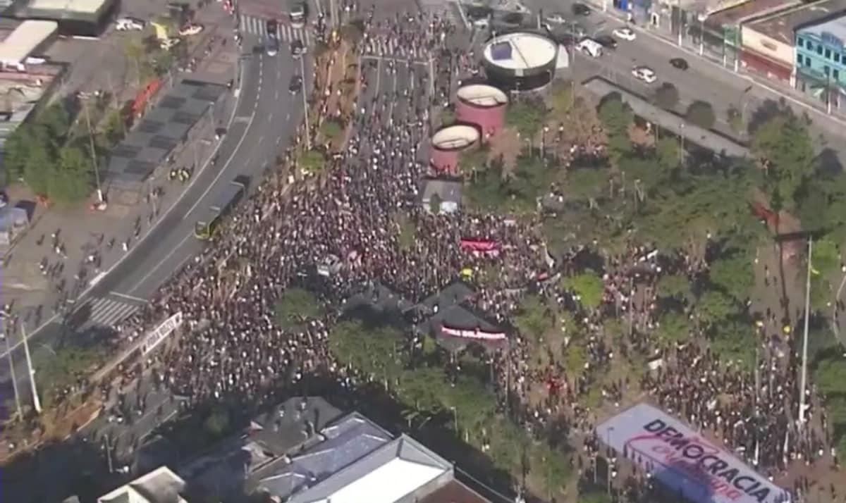 Manifestantes reunidos no Largo da Batata (GloboNews/Reprodução)