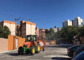 Trator com pulverizador percorre ruas da zona leste (Pref. de São Paulo/Reprodução)