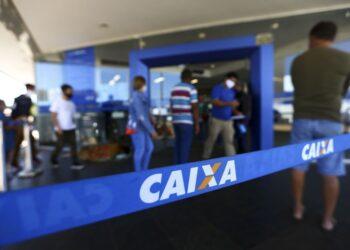 Fila para entrada em agência da Caixa, em Brasília (Marcelo Camargo/Agência Brasil)