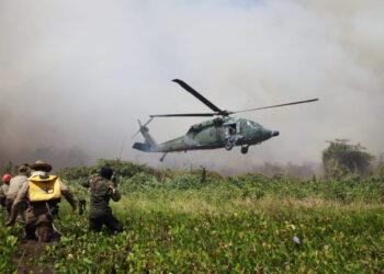 Brigadistas cercados pelo fogo são resgatados pela Força Aérea Brasileira (Fab), no Pantanal (Jeférson Prado/FAB/via Fotos Públicas)