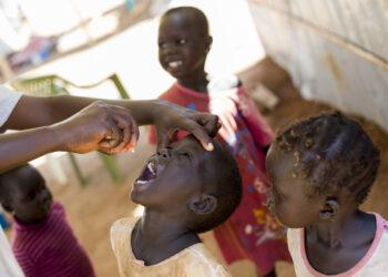 Foto tirada em 2014 mostra crianças sendo imunizadas contra a Pólio (Arquivo/JC McIlwaine/Nações Unidas/via Fotos Públicas)