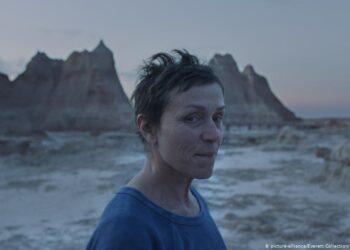 """Cena de """"Nomadland"""", drama sobre uma mulher que transforma sua van em casa e cai na estrada em busca de bicos"""