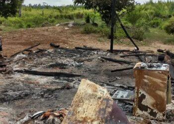 Queimada criminosa destruiu casa de família nos limites do assentamento Pilão Poente, em outubro de 2020