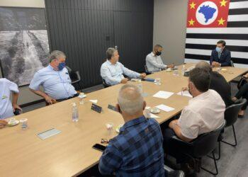 Gustavo Junqueira reunido com representantes das associações (Marcelo Nadalon/Apaer)