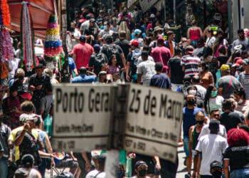Movimento na Rua 25 de Março e Ladeira Porto Geral no último fim de semana antes do Natal (Paulo Pinto/FotosPublicas)