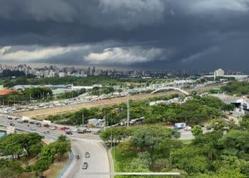 Temporal se formando sobre a zona leste e parte de Guarulhos
