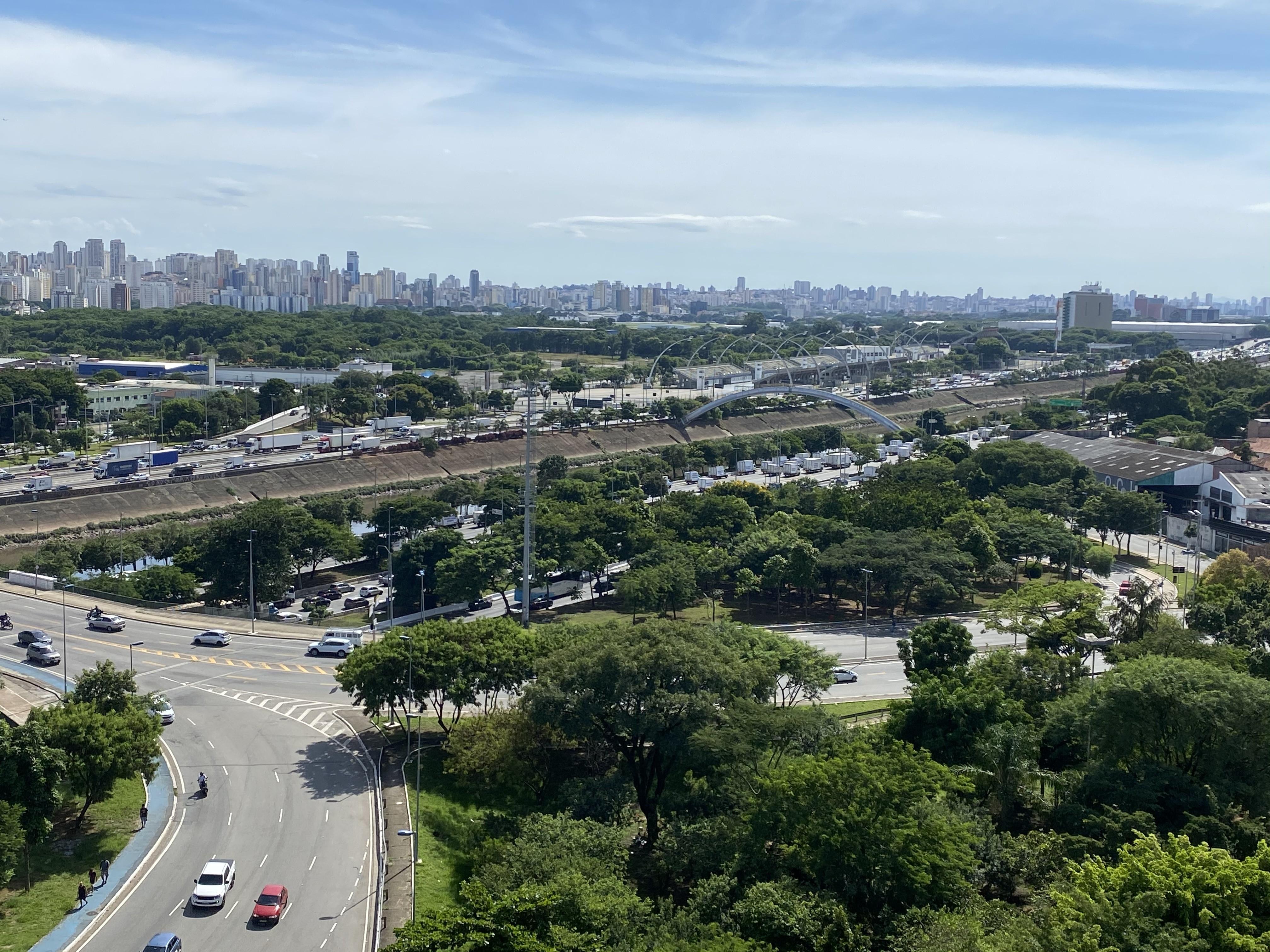 Caminhões trafegam em protesto pela pista central da Marginal Tietê (SP Agora)