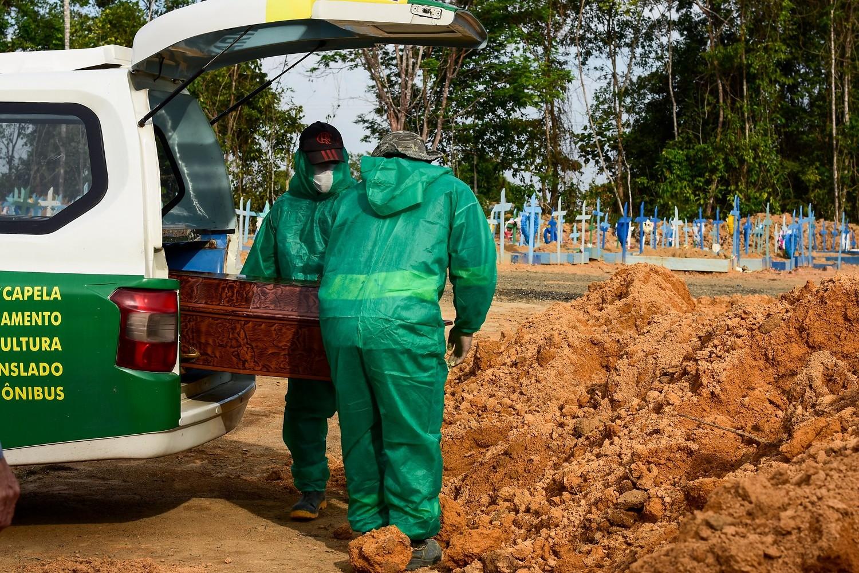 Manaus instala câmaras frias em cemitério (Ingrid Anne/Pref. de Manaus)