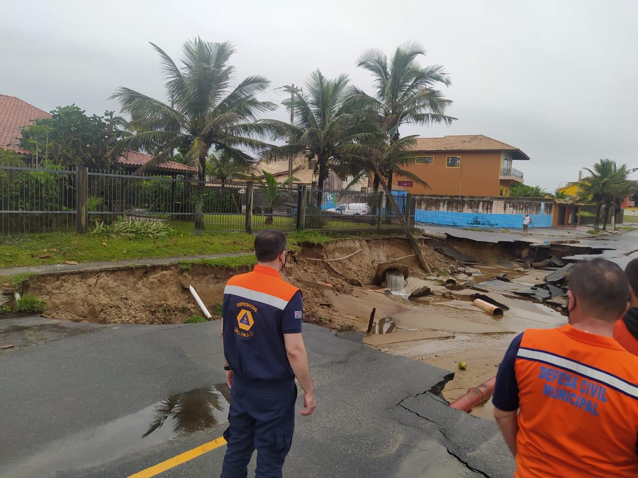Trecho de avenida engolido pela erosão (Defesa Civil do Estado de SP)