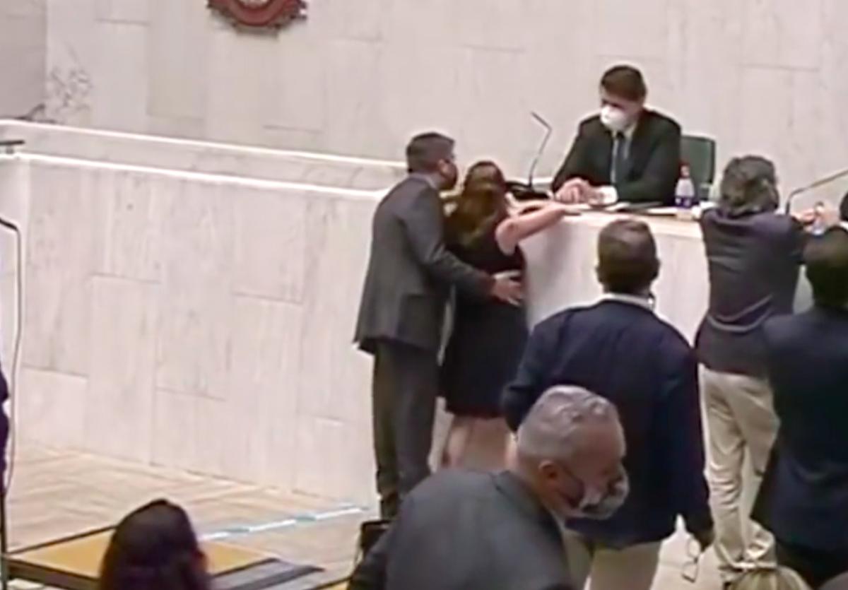 Fernando Cury (Cidadania) toca a deputada Isa Penna (PSOL) durante sessão na Alesp (Reprodução)