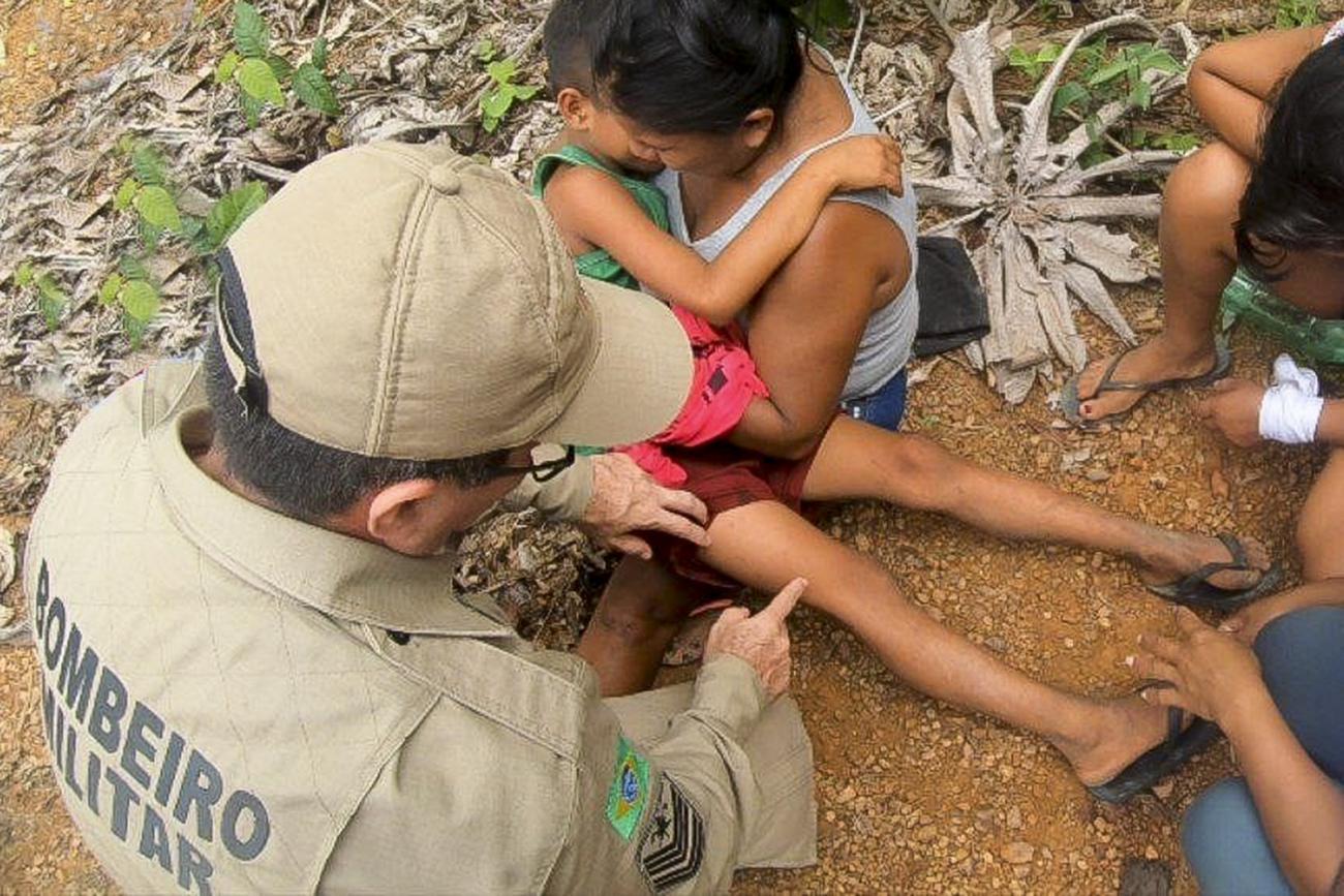 Irmão mais novo recebe atendimento dos Bombeiros (Igor Luz/CB do Pará/via Agência Pará)