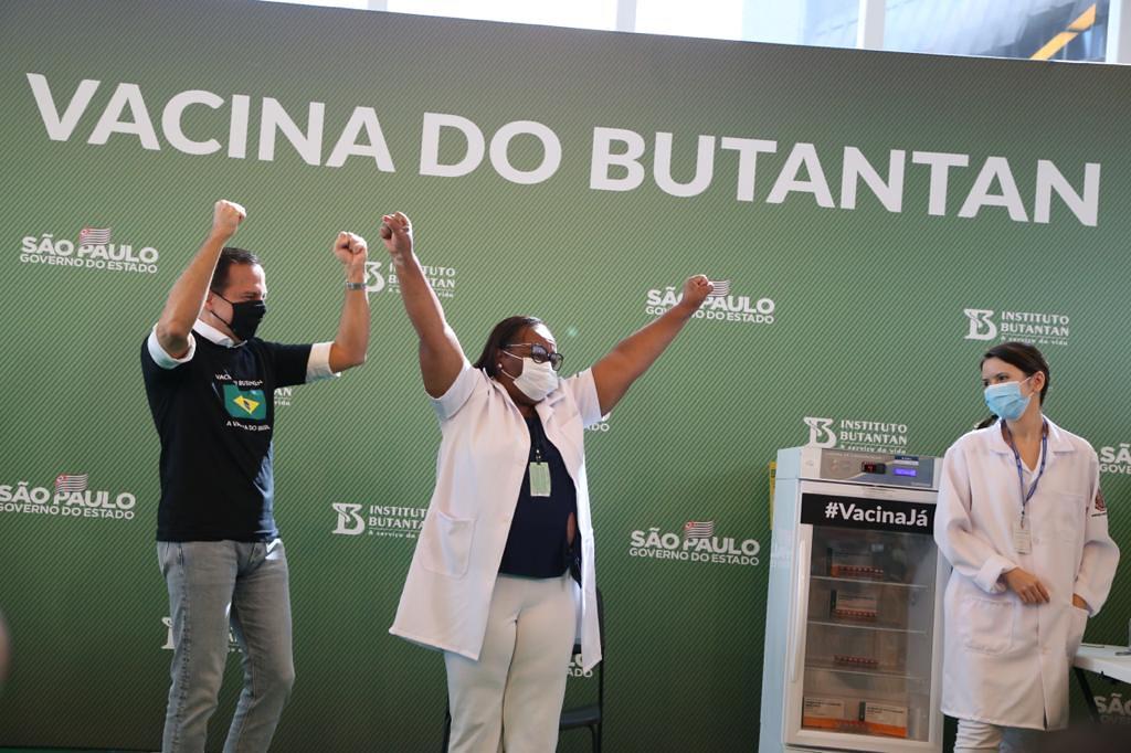 Mônica Calazans comemora a vacina (Gov. do Estado de São Paulo)
