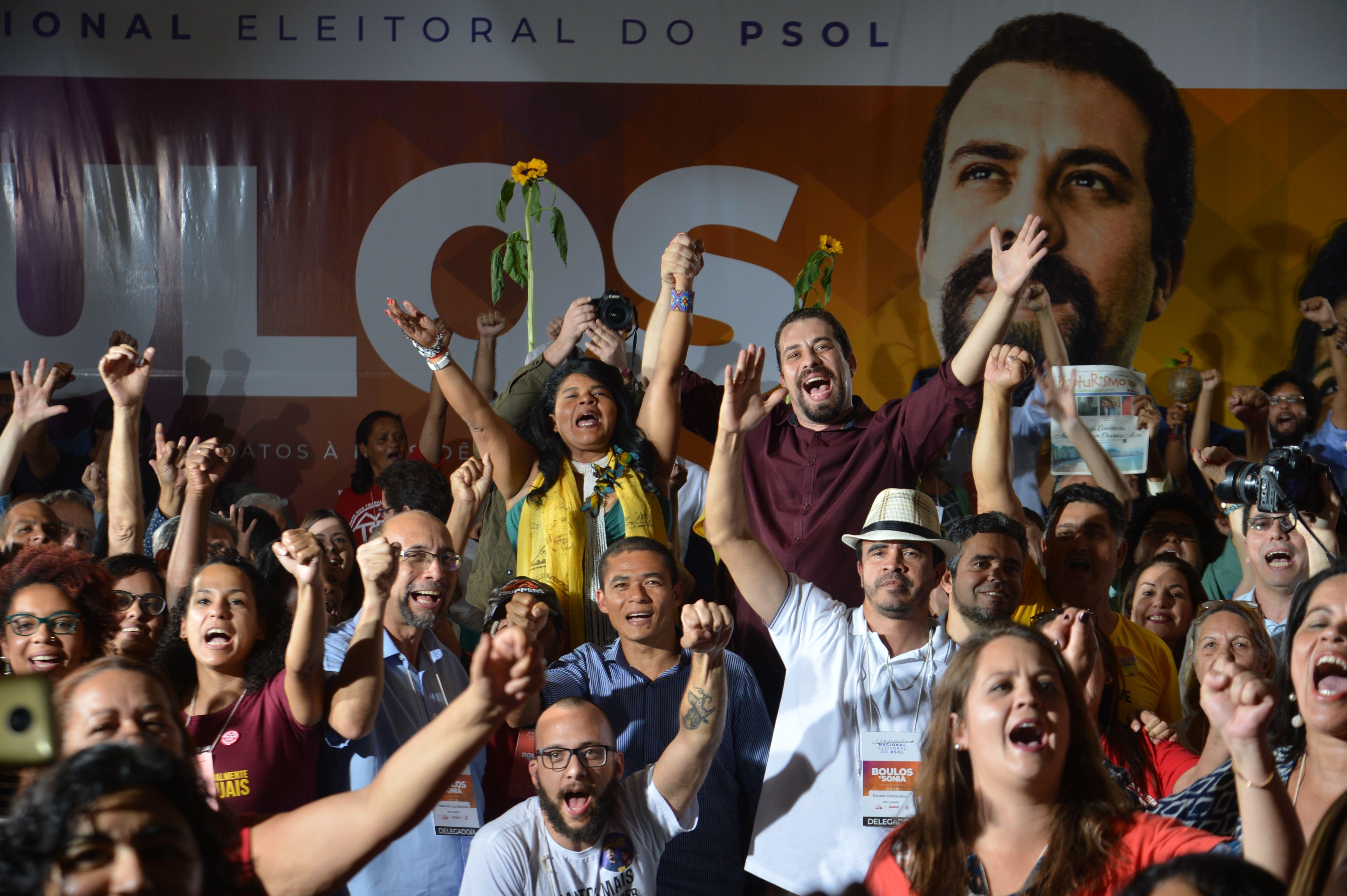 Guilherme Boulos ao lado de Sonia Guajajara, durante campanha em 2018 (Arquivo/Rovena Rosa/Agência Brasil)