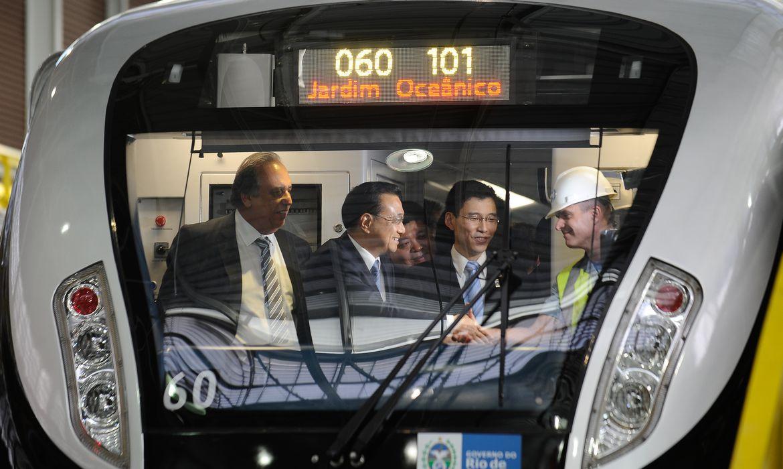 Luiz Fernando Pezão, ex-governador do Rio, acompanha o Primeiro Ministro da China, Li Keqiang, em visita ao centro administrativo do MetrôRio onde foi apresentado um dos 15 novos trens chineses (Tomaz Silva/Agência Brasil)