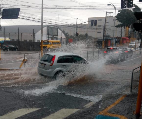 Chuva na região de Taboão da Serra, na Grande São Paulo (Viação Pirajuçara/Reprodução)