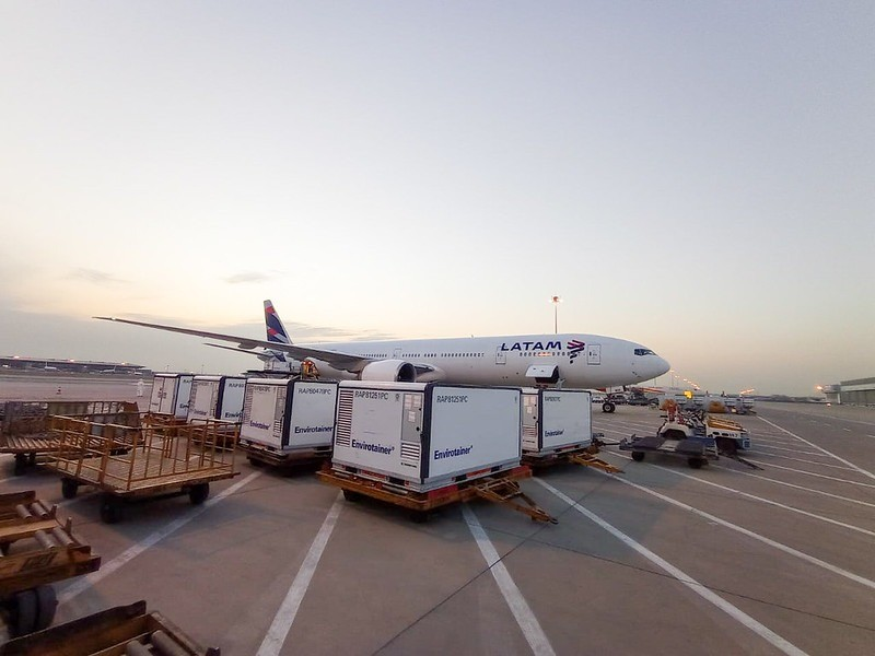 Aeronave que traz as vacinas para o Brasil antes da decolagem (Reprodução)