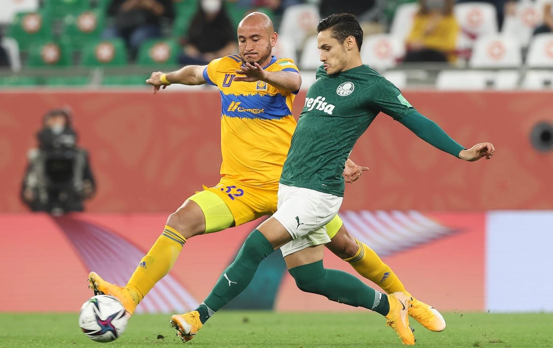 Raphael Veiga, da SE Palmeiras, disputa bola com o jogador Gonzalez (Cesar Greco/Palmeiras)