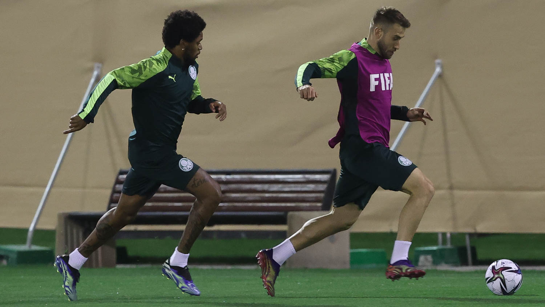 Os jogadores Luiz Adriano e Alan Empereur (D), da SE Palmeiras, durante treinamento, na cidade de Doha, Catar. (Cesar Greco/Palmeiras)