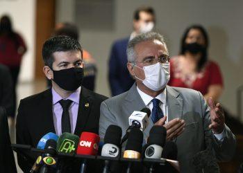 Senador Renan Calheiros (MDB-MA), relator da CPI da covid-19, é entrevistado ao lado do senador Randolfe Rodrigues (Rede-AP), em Brasília (Edilson Rodrigues/Agência Senado)