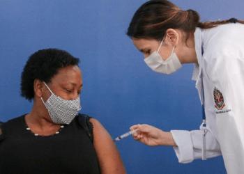 Silmara foi vacinada contra a covid-19 neste sábado (Gov. do Estado de SP)