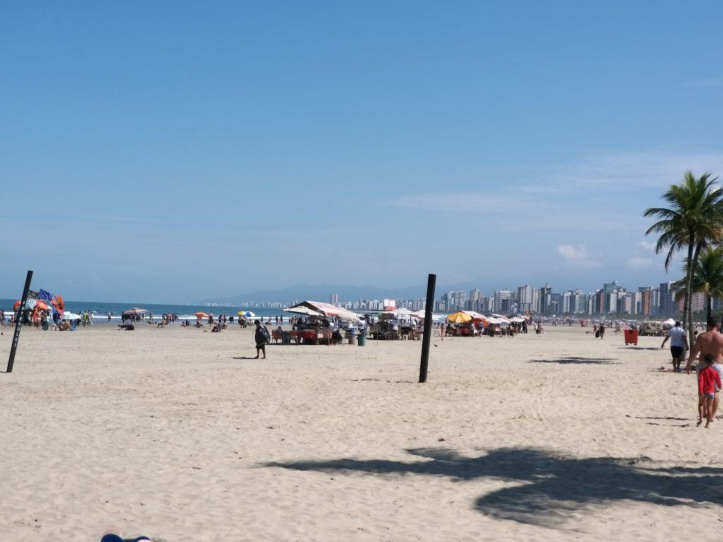 Fase de transição começa com praias movimentas em Praia Grande, no litoral de SP