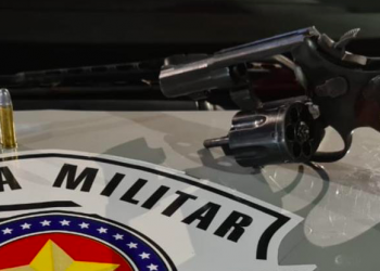 Revólver foi encontrado no carro (Polícia Militar/Reprodução)
