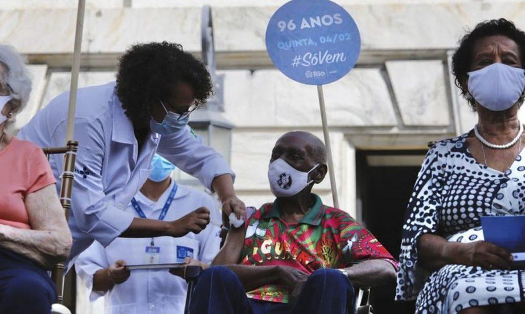 Nelson Sargento é internado na UTI em estado grave com covid-19, no Rio