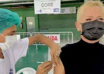 Xuxa Meneghel é vacinada contra a Covid-19 no Rio de Janeiro