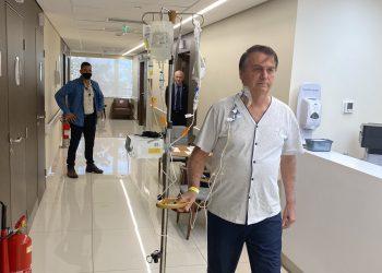 Jair Bolsonaro, Presidente da República, caminha pelo corredor do hospital (Rede social/Reprodução)