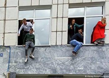 Estudantes tentam fugir de atirador